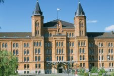Städtereisen in Niedersachsen Sehenswerte Klöster & Kirchen - Bild alte Infanterie Kaserne jetzt Neues Rathaus in Celle