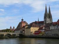Städtereisen Bayern - Wahrzeichen in Regensburg Dom und Steinere Brücke