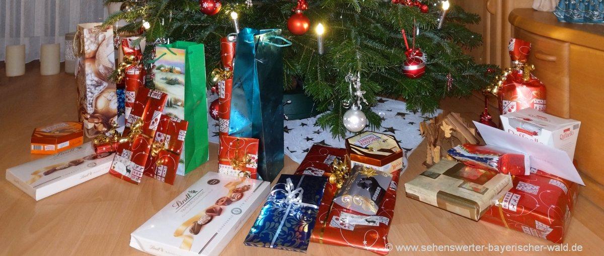 Weihnachten mit Christbaum Geschenke und Dekoration in Deutschland